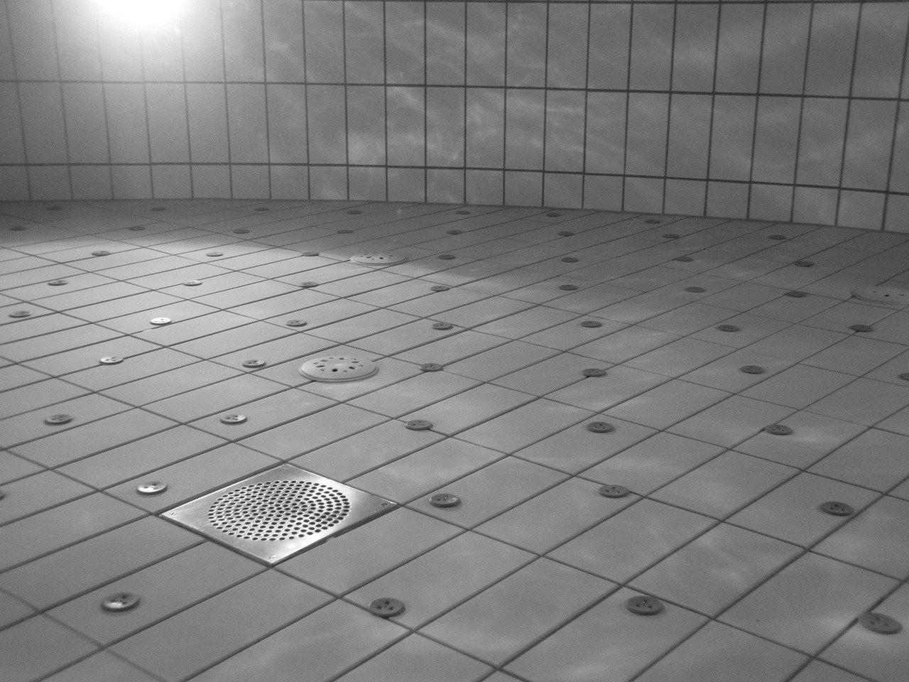 Quel est le meilleur choix pour des dalles autour d'une piscine ?